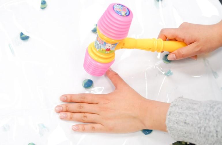 수용성 물감이 들어 있는 물감공 페인트볼 터트리기 놀이