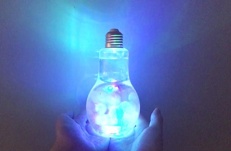 놀이 재료를 담으면 더욱 재미있게 놀이 시간을 보낼 수 있는 빛나는 LED 전구병